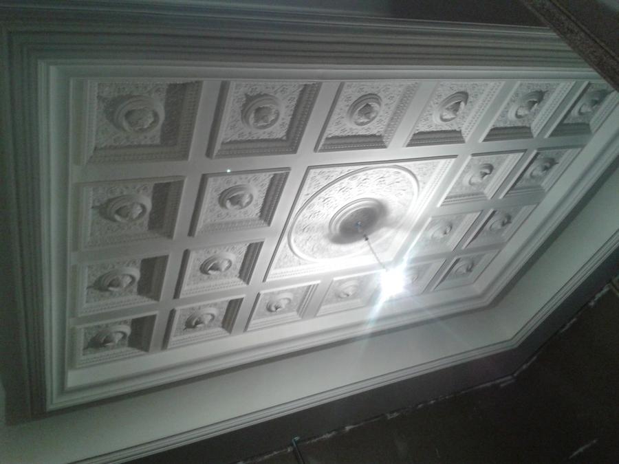 lampadari in gesso : Soffitto a cassettoni con grande gola perimetrale, il tutto in gesso.